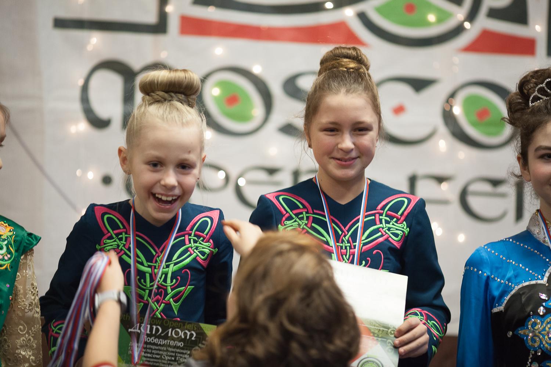 девочки радуются что победили