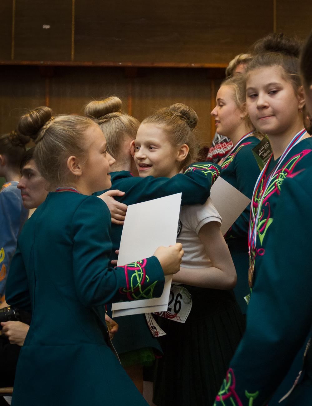 ученики радуются за победу своих друзей
