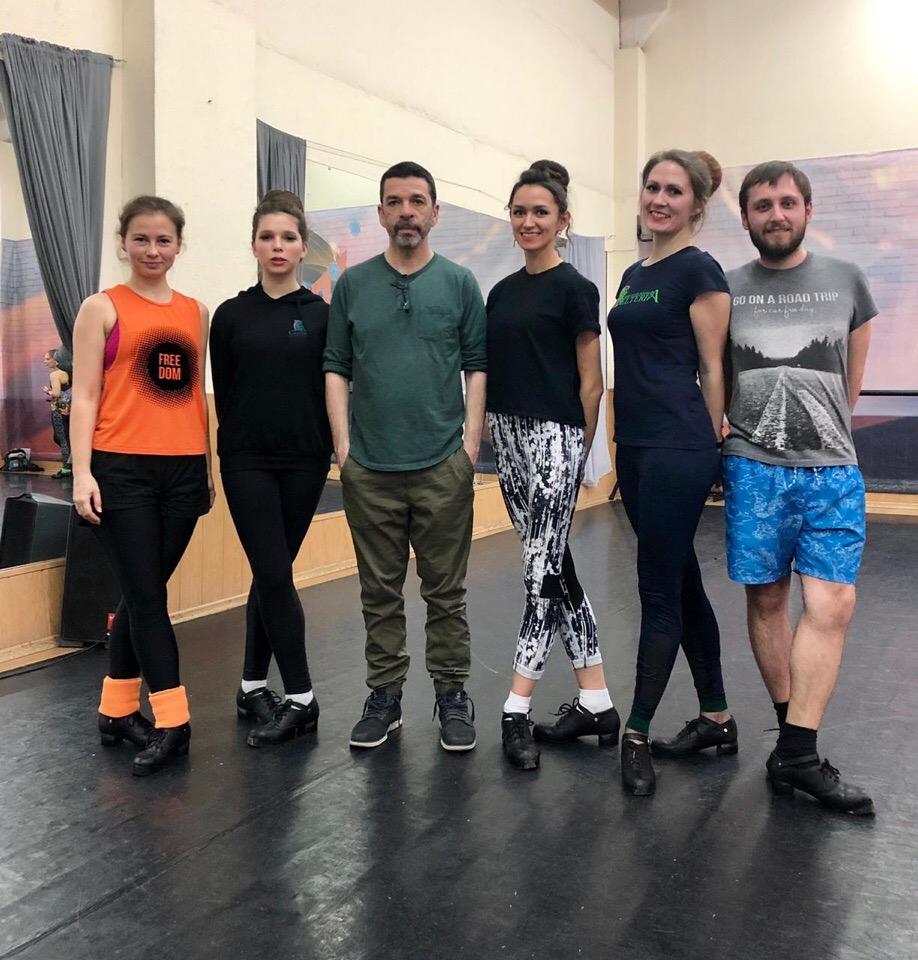 старшие ученики школы ирландского танца Кельтерия рядом с Колином Данном в танцевальном зале
