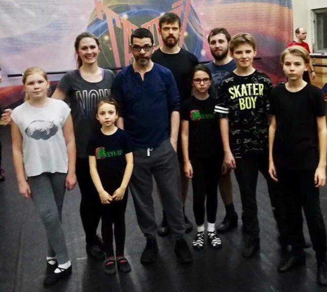 Ученики школы Кельтерия стоят рядом с Колином Данном